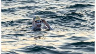 Um ano após tratar câncer, americana é 1ª a cruzar Canal da Mancha a nado 4 vezes sem parar