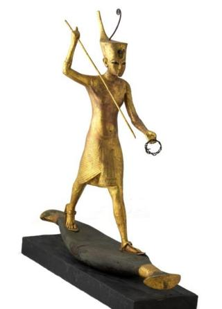 Золоченая деревянная скульптура Тутанхамона на лодке, на которой по верованиям древних египтян умерший перебирался в царство мертвых