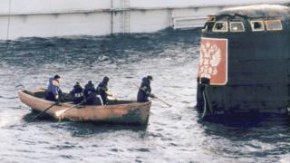 """Команда плавучего дока осматривает рубку АПЛ """"Курск"""" после операции по подъему лодки"""