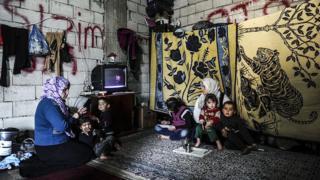 Suriyeli bir aile Hatay'da kaldıkları evlerinde