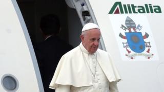 Папа Франциск выходит из самолета.