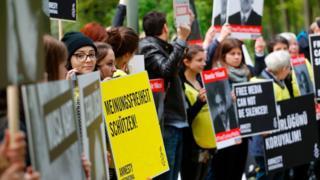 Uluslararası Af Örgütü, Türkiye'deki tutuklu gazeteciler için 3 Mayıs Basın Özgürlüğü Günü'nde Berlin'de bir eylem düzenlemişti