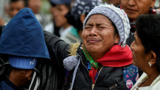 Mujer llora en el funeral por las cinco víctimas en la masacre de Tacueyo.