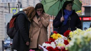 Women stay at a memorial site for the victims of a blast in St. Petersburg metro, outside Tekhnologicheskiy Institut metro station (5 April)