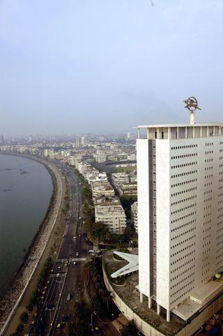 एअर इंडिया इमारत, समोर दिसणारा क्वीन्स नेकलेस