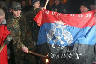 Демонстранти і прапор