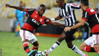 Vinicius amecheza dakika 17 za soka ya ngazi ya juu baada ya kuichezea Flamengo kwa mara ya kwanza Flamengo tarehe 13 Mei.
