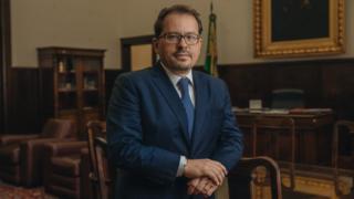 O direitor da Faculdade de Direito da USP, Floriano Peixoto de Azevedo Marques, em seu escritório em São Paulo
