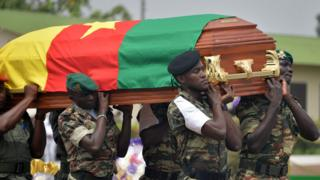 Soldiers wey carry coffin