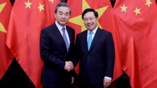 Bộ trưởng Ngoại giao VN Phạm Bình Minh (phải) bắt tay Bộ trưởng Ngoại giao và Ủy viên Nhà nước Trung Quốc Vương Nghị (L) tại Hà Nội vào ngày 1/4/2018