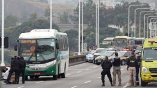Momento em que mulher desce do ônibus em que sequestrador mantinha pessoas reféns na ponte Rio-Niterói e desmaia