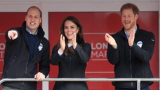 Лондонский марафон-2017: сигнал к началу забега дали герцог и герцогиня Кембриджские и принц Гарри.