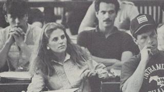 Angie rodeada de sus compañeros de clase.