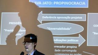 O procurador Deltan Dallagnol acusa Lula de ser o 'comandante máximo' do esquema de corrupção envolvendo a Petrobras