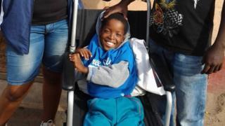 bachgen ar gadair olwyn yn Durban