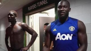 Romelu Lukaku (kulia) na Paul Pogba, wakati wa mazoezi ya kabla ya msimu kwa ajili ya Manchester United. Wachezaji wote wawili wamehusishwa na taarifa za kuondoka Old Trafford