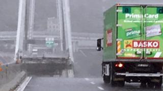 грузовик перед разрушенной частью моста
