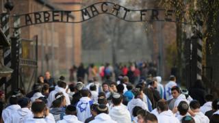 De jeunes israéliens en pèlerinage à Auschwitz