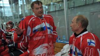 Rusya Devlet Başkanı Vladimir Putin, Finlandiya Devlet Başkanı Sauli Niinisto 2012'de St. Petersburg yakınlarında yaptıkları buz hokeyi dostluk maçı sırasında sohbet ederken
