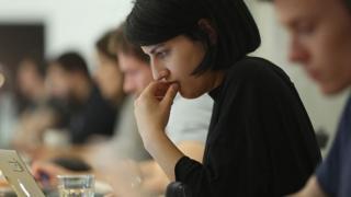 સ્ટાર્ટઅપમાં કામ કરી રહેલી યુવતીની પ્રતીકાત્મક તસવીર