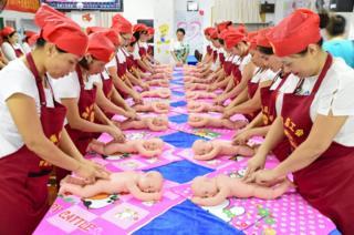 Mujeres durante un curso gratuito de cuidado de niños organizado por un sindicato local en Haikou, China.