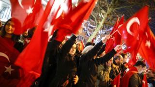 Geçen yıl referandum öncesi Dışişleri Bakanı Çavuşoğlu'nun Rotterdam'da miting yapmasına izin verilmemesi üzerine Rotterdam'daki Türkler protesto gösteri düzenlemişti.