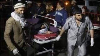 Лікарі везуть постраждалих