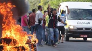 Manifestantes ateiam fogo em pneus para fechar via em Brasília nesta quinta-feira