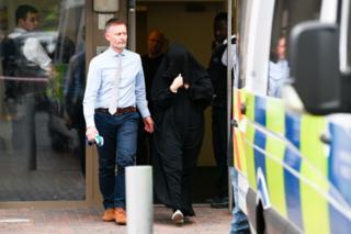 Gözaltına alınan çarşşaflı kadın