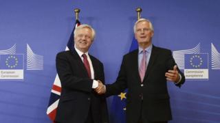 میشل بارنیه مذاکره کننده ارشد اتحادیه اروپا (راست) و دیوید دیویس وزیر خروج برتانیا از اتحادیه اروپا