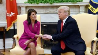 Madamu Haley (ibumoso) na Bwana Trump mu biro bya perezida w'Amerika bya White House kuri uyu wa kabiri