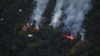 مقامهای محلی میگویند آتش 26 خانه را ویران کرده و صدها خانه دیگر نیز در خطرند