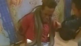 تحقق الشرطة الإندونيسية في حادث استخدام ثعبان لإجبار رجلا على الاعتراف بسرقة