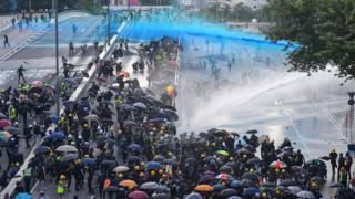 Водометы и протестующие