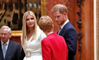 英国哈里王子陪同特朗普的女儿伊万卡一起参观王室藏品。