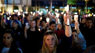 В Лас-Вегасе вспоминают жертв стрельбы на кантри-фестивале.