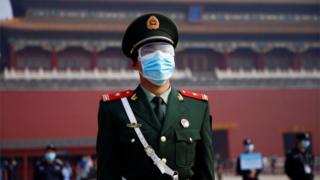 Pekin'de yüz maskeli polis