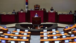 Seo Young-Kyo (centre), a lawmaker of South Korea's main opposition Minju Party, delivers a speech to call for revision of a disputed anti-terrorism bill on the main floor of the parliament in Seoul (29 February 2016)