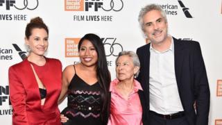 《罗马》在第56届纽约电影节亮相。照片上卡隆(右一)身边的是丽波(Libo Rodriguez),片中的保姆和女佣克莱奥的原型,这部影片就是献给她的。左一是片中母亲的扮演者塔维拉,左二是克莱奥扮演者阿帕雷西奥。