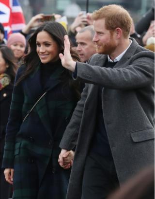 У Эдинбургского замка принца Гарри и Меган Маркл встретила толпа