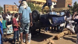 أنباء عن مهاجمة سيارة للشرطة في الخرطوم