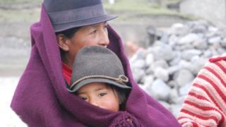 Mujer ecuatoriana con su hijo
