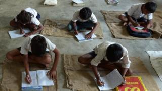జార్ఖండ్లోని ఓ ప్రభుత్వ పాఠశాలలో నేలపై చిన్నారుల విద్యాభ్యాసం