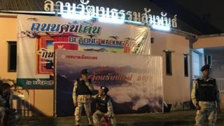 Chợ đêm ở Betong, Yala, một trung tâm du khách Malaysia thường từ biên giới qua mua sắm, vui chơi, cũng luôn có quân đội trấn giữ