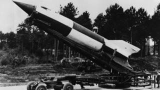 Muchos científicos alemanes que ayudaron a la NASA a enviar al hombre a la Luna habían trabajado previamente en el desarrollo de cohetes V-2 para los nazis,
