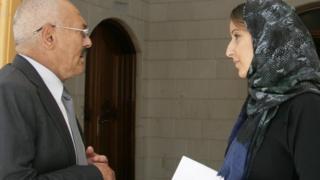 Ali Abdullah Saleh (L) talks to Nawal al-Maghafi (R) in Sanaa, Yemen in December 2016