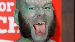 Hombre con lengua bífida