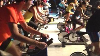 Olahraga dengan sepeda statis.