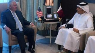 Waziri wa mambo ya nje wa Marekani Rex Tillerson (kushoto) akiwa na waziri wa mambo ya nje wa Qatar Sheikh Mohammed bin Abdulrahman al-Thani mjini Doha