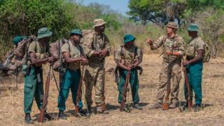 Des Rangers malawites écoutent les formateurs britanniques en renfort dans la lutte contre le braconnage